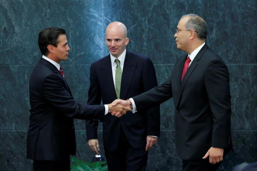 La empresa estatal Petróleos Mexicanos (Pemex) continuará con sus alianzas estratégicas, acelerará la implementación de la reforma energética y buscará consolidar sus finanzas, afirmó hoy su nuevo director, Carlos Treviño (der). EFE