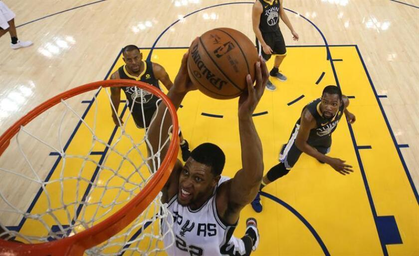 El jugador de San Antonio Spurs Rudy Gay en acción durante un juego de la primera ronda de las eliminatorias de la Conferencia Oeste de la NBA entre los San Antonio Spurs y los Golden State Warriors, en Oakland, California (EE.UU.). EFE