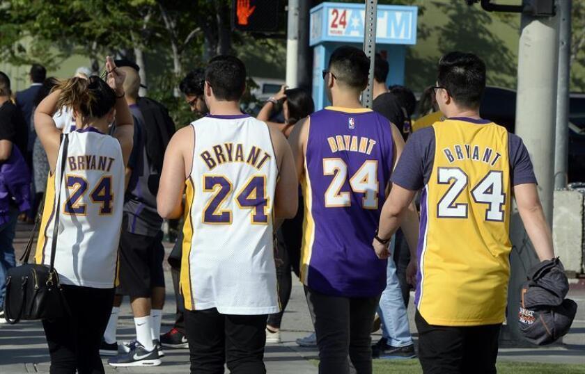Aficionados a la NBA con las camisetas de Kobe Bryant de Los Ángeles Lakers. EFE/Archivo