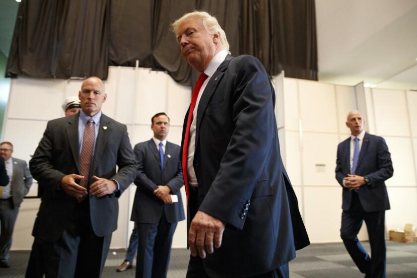 Donald Trump, candidato presodencia de Partido Republicano, se aleja después de hablar con reporteros antes de una asamblea política, el lunes 1 de agosto de 2016, en Columbus, Ohio. (AP Foto/Evan Vucci)