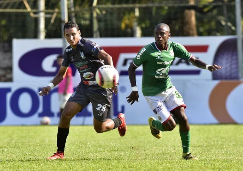 Yaudel Lahera (i) del Marathon disputa un balón ante Mikel Santos (d) del Platense este domingo, durante un partido por el Campeonato de Clausura de la Liga Nacional de Honduras, en el Estadio Yankel Rosenthal de San Pedro Sula (Honduras). EFE