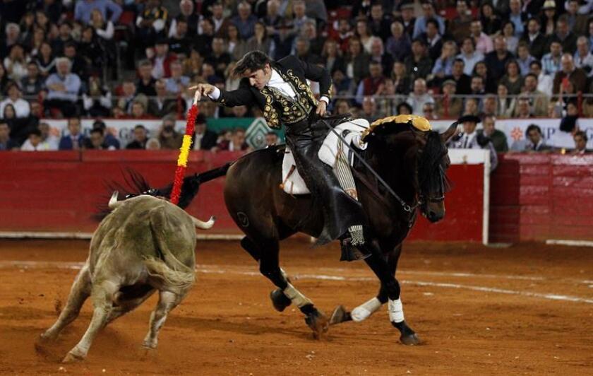 El rejoneador Diego Ventura lidia a su segundo toro de la tarde. EFE/Archivo
