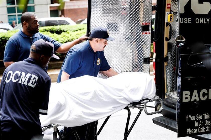 Miembros de la policía forense sacan el cuerpo sin vida de la diseñadora estadounidense Kate Spade de su apartamento en Nueva York (Estados Unidos) el pasado, 5 de junio del 2018. EFE