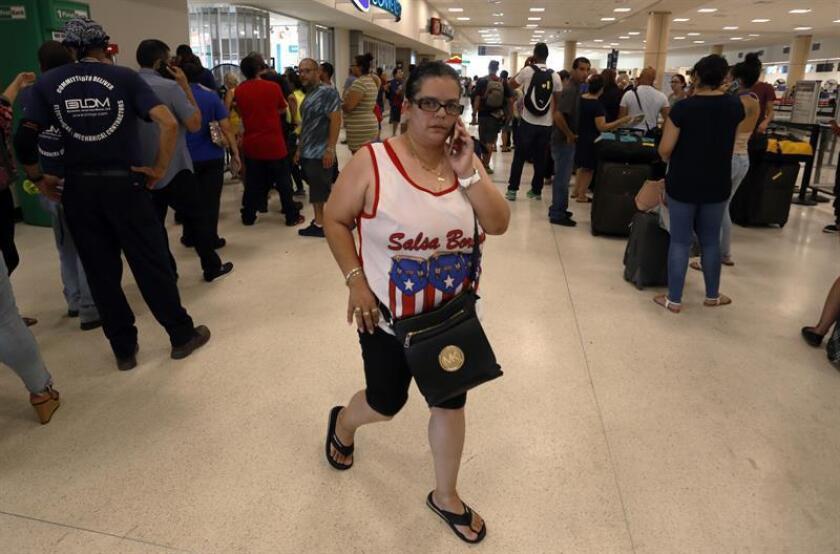 Pasajeros intentan obtener un vuelo el lunes, 25 de septiembre de 2017, en el Aeropuerto Internacional Luis Muñoz Marín en Carolina (P. Rico). EFE/Archivo