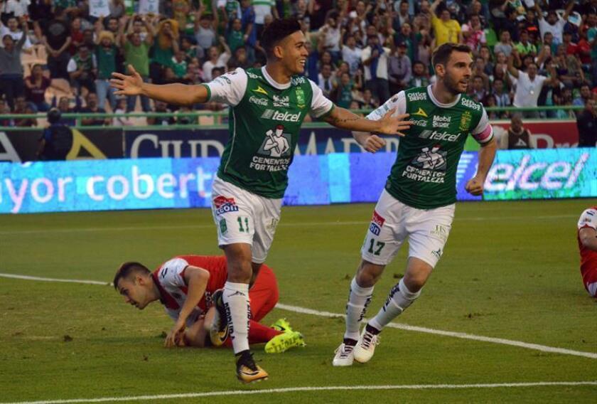 El jugador Andrés Andrade (i) de León celebra tras anotar un gol ante Veracruz en el Estadio Nou Camp, en la ciudad de León, Guanajuato (México). EFE/Archivo