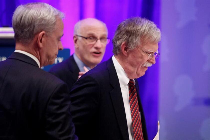 El asesor de seguridad Nacional de la Casa Blanca, John Bolton (d), antes de pronunciar su discurso en el almuerzo de la Sociedad Sederalista, en Washington (EE.UU), hoy, 10 de septiembre de 2018. EFE