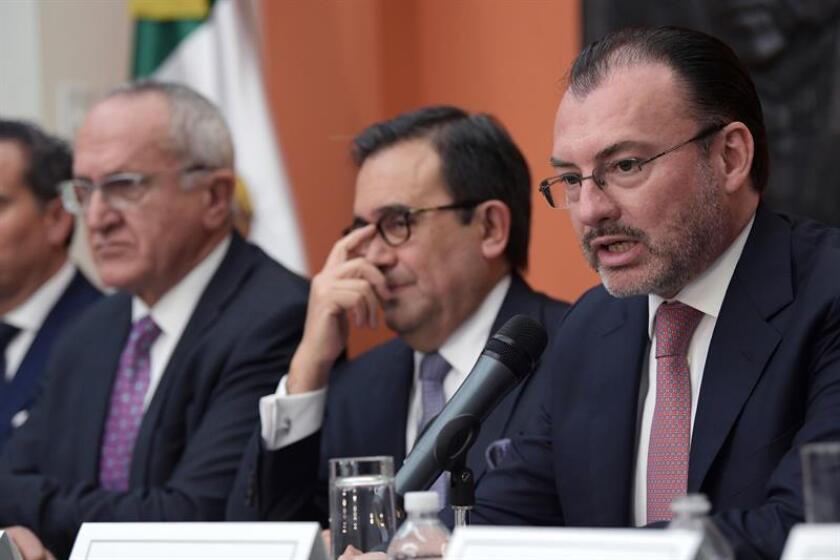 El canciller mexicano, Luis Videgaray (d), habla junto al secretario de Economía, Ildefonso Guajardo (c), y el jefe negociador del Tratado de Libre Comercio de América del Norte (TLCAN), Jesús Seade (i), durante una rueda de prensa celebrada en la embajada mexicana en Washington (Estados Unidos). EFE