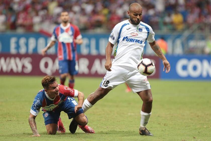 Martín González (d) de Liverpool disputa pelota con Artur de Bahía este jueves, en un partido de la Copa Sudamericana entre Bahía y Liverpool en el estadio Arena Fonte Nova en la ciudad de Salvador (Brasil). EFE