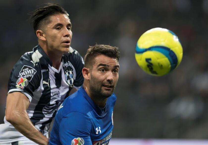El uruguayo Martín Cauteruccio (d) admitió hoy tener con el argentino Milton Caraglio más que una rivalidad por la titularidad en la delantera del Cruz Azul, actual líder del torneo Apertura 2018 del fútbol mexicano. EFE/ARCHIVO