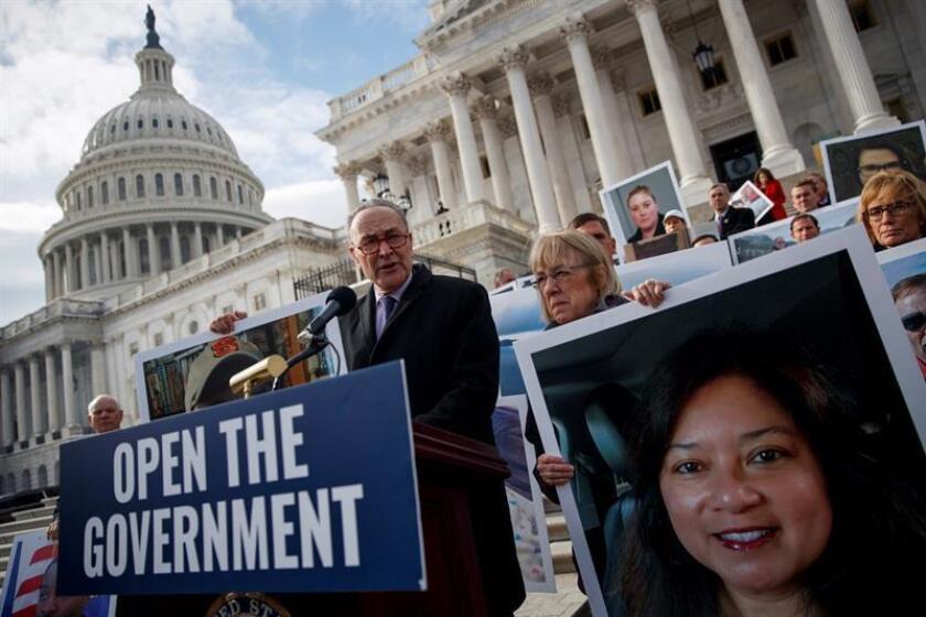 El líder de los demócratas en el Senado, Chuck Schumer (C), participa en una marcha que pide la reapertura del gobierno federal durante la 26 jornada del cierre parcial de gobierno en el Capitolio de Washington D.C (Estados Unidos), el 16 de enero de 2019. EFE/Archivo