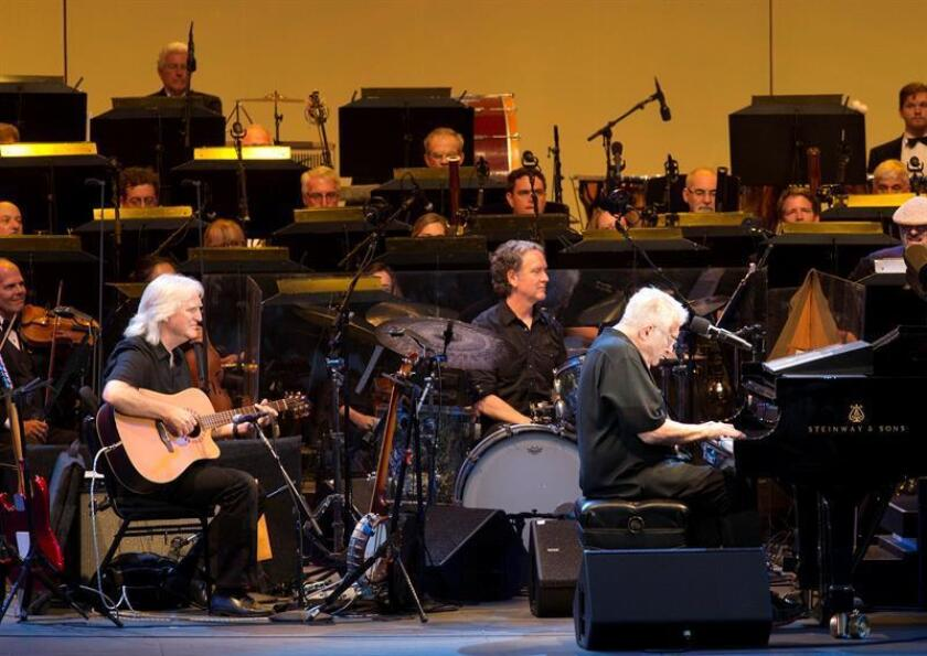 El cantante y compositor estadounidense Randy Newman (d) se presenta en el Hollywood Bowl ayer, domingo 12 de agosto de 2018, en Hollywood, California (EE.UU.). EFE