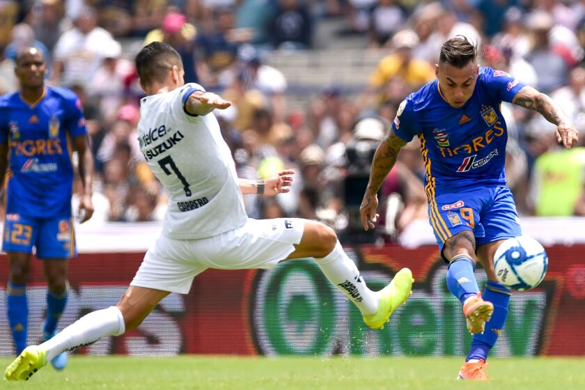 David Cabrera (L) of Pumas vies for the ball with Eduardo Vargas of Tigres during their Mexican Apertura football tournament match at the Olimpics University stadium in Mexico City, on August 04, 2019. (Photo by RODRIGO ARANGUA / AFP)RODRIGO ARANGUA/AFP/Getty Images ** OUTS - ELSENT, FPG, CM - OUTS * NM, PH, VA if sourced by CT, LA or MoD **