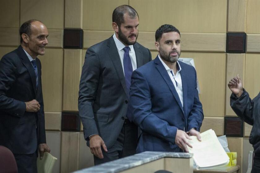 El español Pablo Ibar (dcha.) llega a su audiencia acompañado por sus abogados José Nascimento (c) y Benjamin Waxman (izq.) en el tribunal de Fort Lauderdale, Floirda. EFE/Archivo