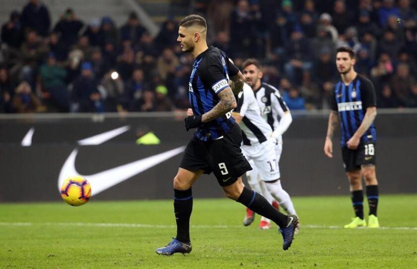 El delantero del Inter Mauro Icardi (I) firma de penalti el triunfo de su equipo ante el Udinese Calcio en el Giuseppe Meazza. EFE/EPA