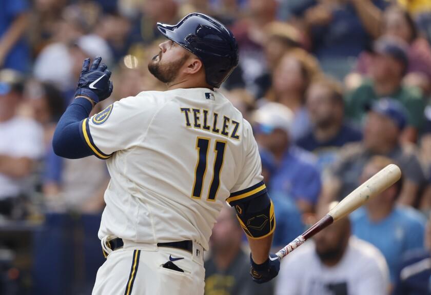 Rowdy Téllez, de los Cerveceros de Milwaukee, observa la pelota al conectar un jonrón de tres carreras en el duelo del miércoles 4 de agosto de 2021, ante los Piratas de Pittsburgh (AP Foto/Jeffrey Phelps)