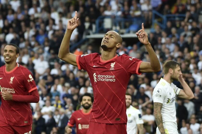 El brasileño Fabinho, centro, festeja después de anotar el segundo gol del Liverpool en un partido de la Liga Premier ante el Leeds, el domingo 12 de septiembre de 2021, en Elland Road, Leeds, Inglaterra. (AP Foto/Rui Vieira)