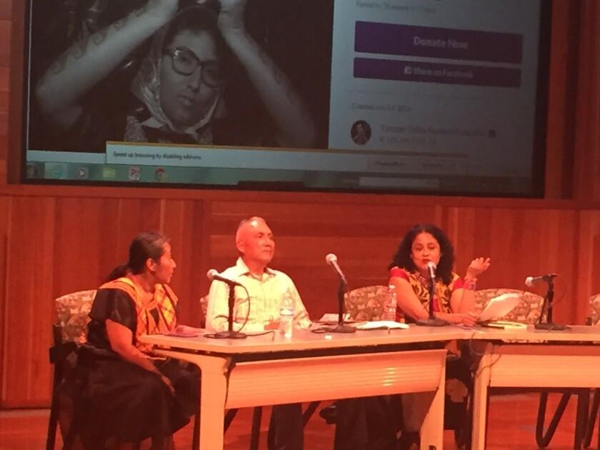 Odilia Romero (i), vice coordinadora general de FIOB, modera la conferencia con los maestros Filemón Beltrán y Natalia Toledo.