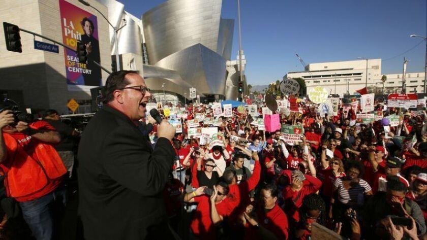 El presidente de United Teachers Los Angeles, Alex Caputo-Pearl, se dirige a miles de miembros del sindicato de maestros y simpatizantes en un mitin en el centro de la ciudad en diciembre. Parece que los negociadores pueden volver a reunirse. (Damian Dovarganes / Associated Press)