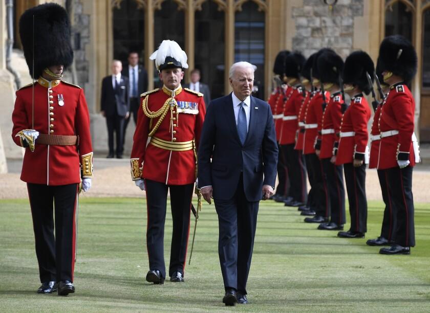 El presidente Joe Biden saluda a la Guardia de Honor al llegar al castillo de Windsor a visitar a la reina Isabel II