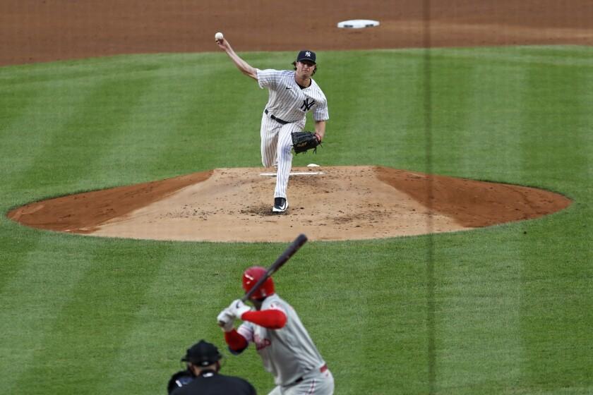 El abridor Gerrit Cole de los Yanquis de Nueva York le lanza a Didi Gregorius de los Filis de Filadelfia el lunes 3 de agosto de 2020, en el Yankee Stadium en Nueva York. (AP Foto/Kathy Willens)