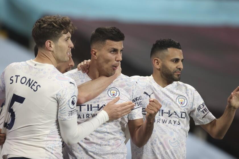 Rodrigo (centro), del Manchester City, festeja tras anotar el segundo tanto de su conjunto ante el Aston Villa, el miércoles 21 de abril de 2021 (Carl Recine/Pool via AP)