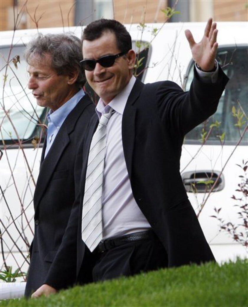 En esta foto del 7 de junio del 2010 aparece Charlie Sheen saliendo de la corte del condado de Pitkin, en Aspen, Colorado. (Foto AP/Ed Andrieski, Archivo)