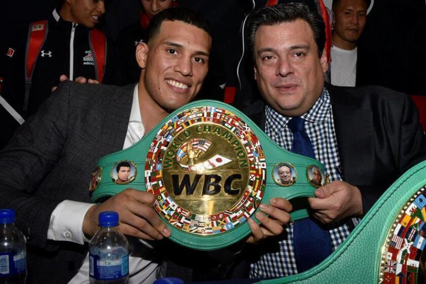 Fotografía cedida por el Consejo Mundial de Boxeo (CMB) hoy, martes 20 de febrero de 2018, del presidente del Consejo Mundial de Boxeo (CMB), Mauricio Sulaimán (d), posando durante la entrega del cinturón de campeón de peso supermedio del organismo a David Benavidez (i) en Ciudad de México (México). EFE/CMB/SOLO USO EDITORIAL