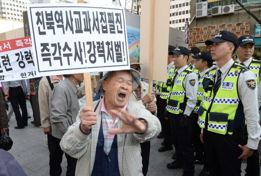 Members of a conservative group take part in a rally in Seoul on Oct. 13 to express their support for the government's plan to reintroduce a single state history textbook for secondary school students.