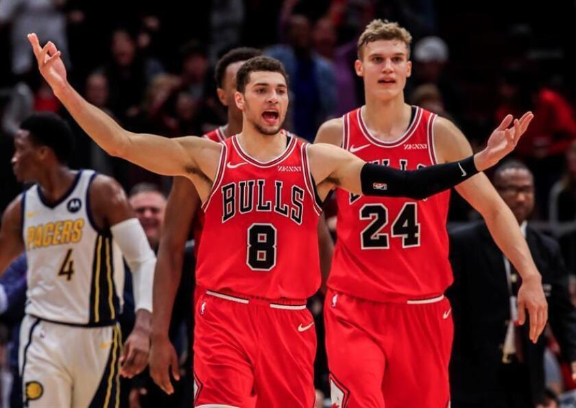 El escolta de los Bulls de Chicago, Zach LaVine (i), reacciona después de golpear un tiro de tres puntos que se descartó luego de que el tiempo se agotó en tiempo extra de un juego de la NBA. EFE
