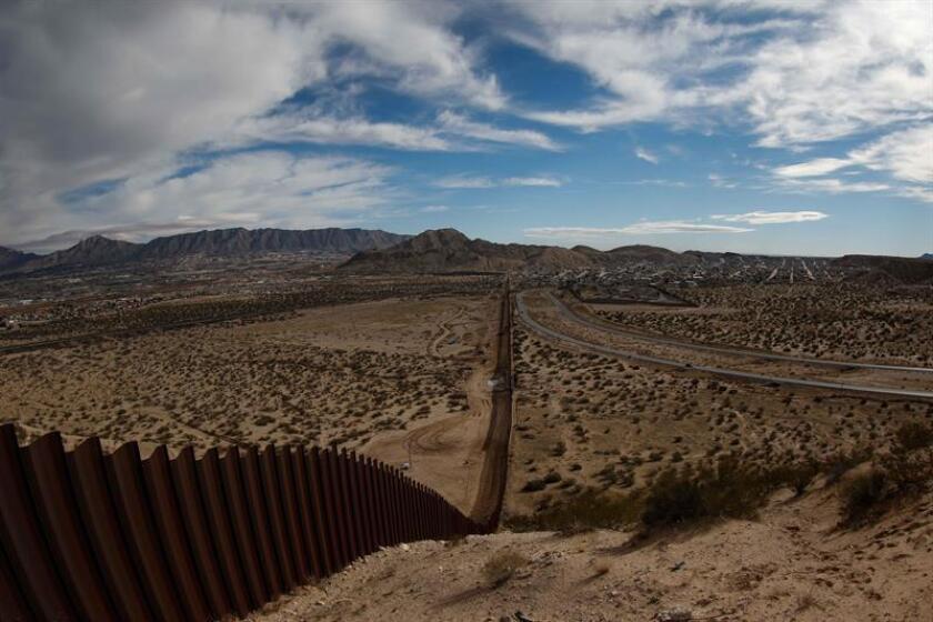 El presidente, Donald Trump, rubricó hoy una orden ejecutiva para destinar fondos federales a la construcción del muro con México durante una ceremonia celebrada en el Departamento de Seguridad Nacional (DHS, en inglés). EFE