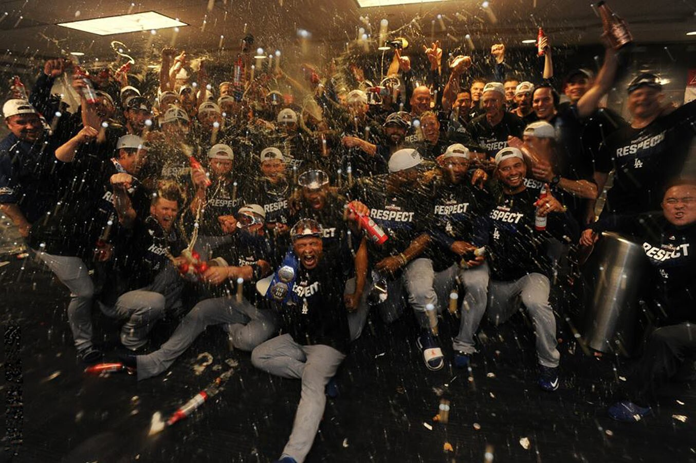 El festejo de los Dodgers en el vestidor tras vencer 4-3 a los Nacionales de Washington; los angelinos disputarán con los Cachorros de Chicago el boleto a la Serie Mundial.
