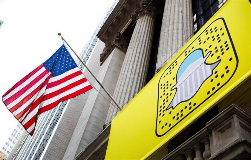 Snap Inc, dueña de la aplicación de mensajes instantáneos Snapchat, fijó hoy el precio de su salida a bolsa en un rango de entre 14 y 16 dólares por acción, con lo que su valoración se situaría entre 19.500 y 22.200 millones de dólares. EFE/ARCHIVO