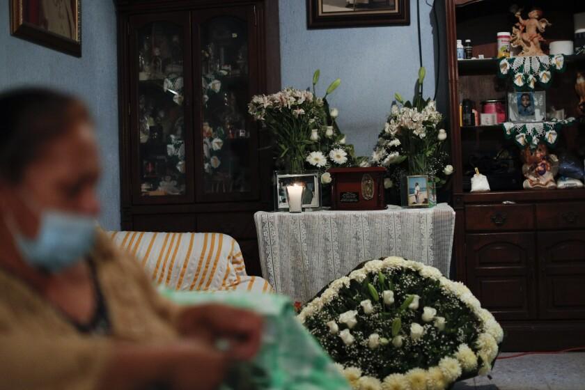 Sin misa ni abrazos; el funeral de un católico en México - San ...