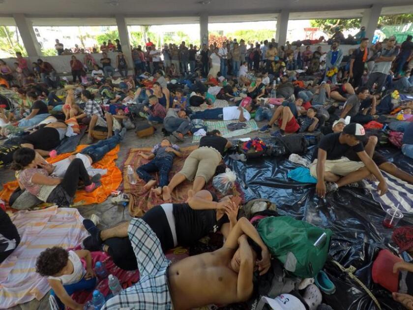 Migrantes hondureños toman un descanso en el jardín Hidalgo de Tapachula hoy, domingo 21 de octubre de 2018, tras haber caminado por 8 horas desde Ciudad Hidalgo, en el estado de Chiapas (México), y tras haber derribado la valla de acero de la línea fronteriza entre Guatemala y México. EFE