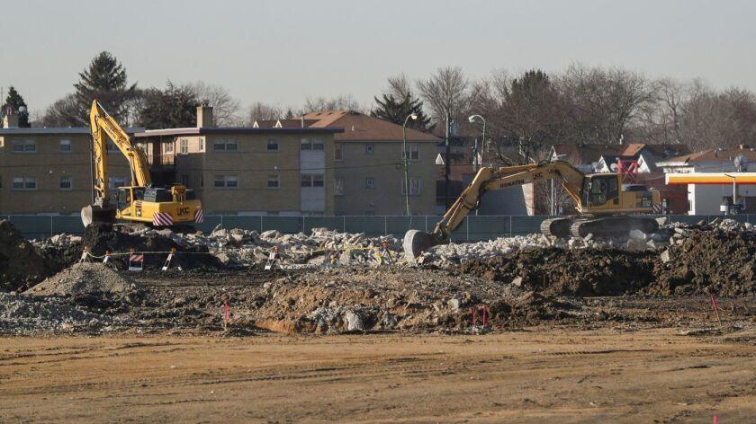 Trabajadores que construyen una escuela valuada en $70 millones de dólares, en Chicago, recibieron instrucciones de estar atentos para la presencia de restos humanos mientras preparan el sitio para las obras (Jose M. Osorio / TNS).