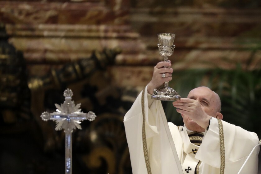 ARCHIVO - En esta foto del 1 de abril de 2021. el papa Francisco celebra misa en la Basílica de San Pedro