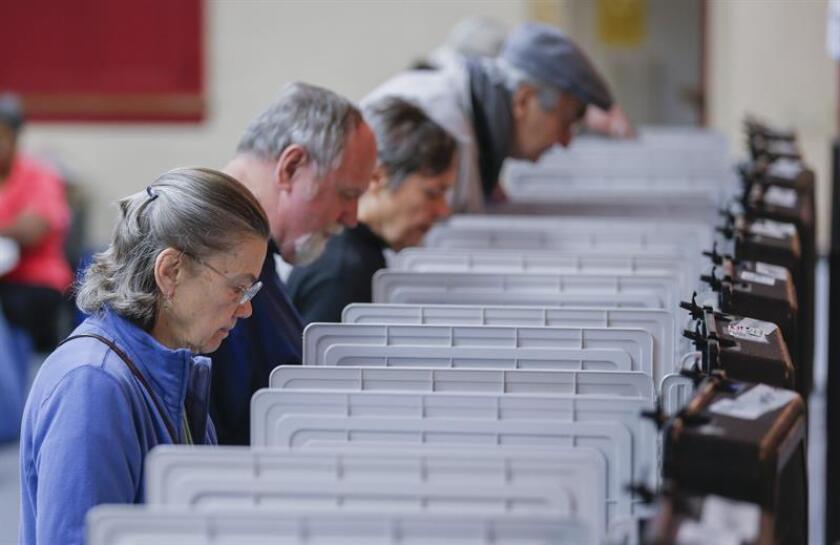 Activistas denunciaron hoy las crecientes dificultades para votar en Estados Unidos y advirtieron sobre medidas que buscan suprimir el voto, en muchos casos dirigidas a grupos minoritarios que pueden inclinar la balanza en algunas elecciones el próximo 6 de noviembre. EFE/Archivo