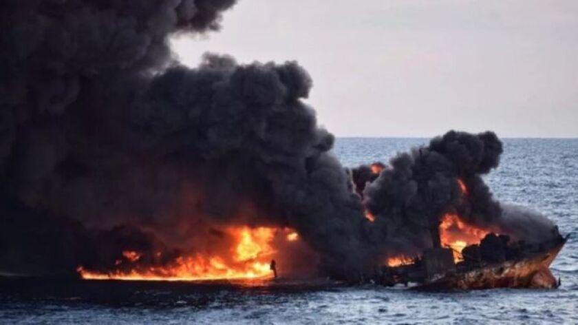 Importantes zonas pesqueras asiáticas que van desde China hasta Japón están siendo amenazadas por un gigantesco derrame de petróleo que pasa casi desapercibido.