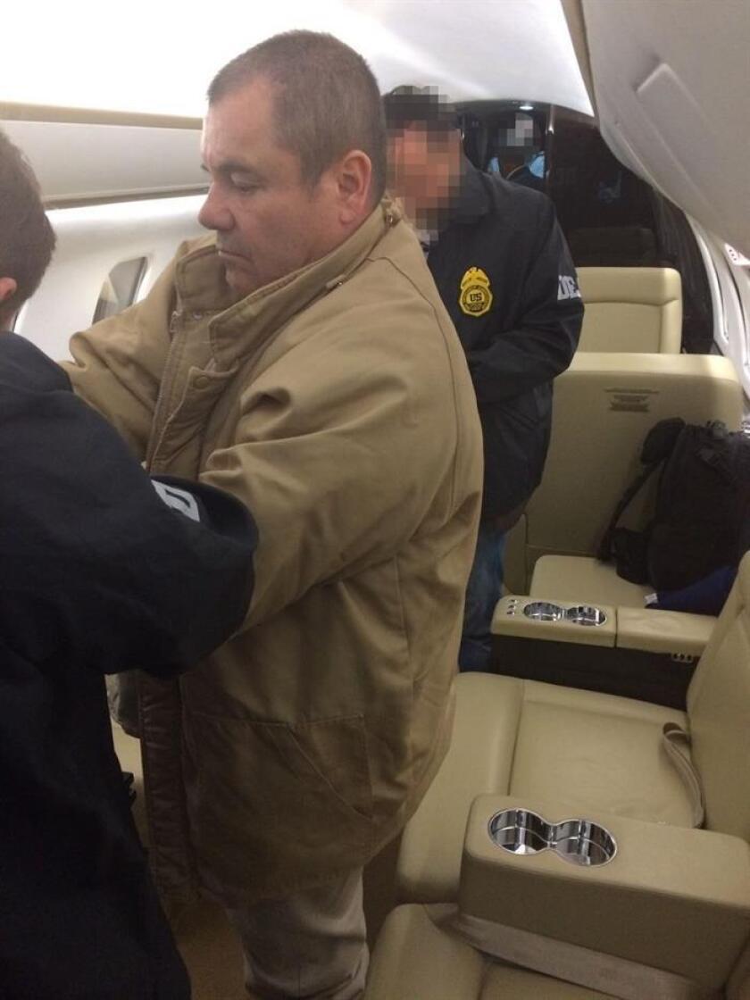 """El narcotraficante mexicano Joaquín """"El Chapo"""" Guzmán a su llegada al aeropuerto MacArthur, en Nueva York (Estados Unidos), procedente de Ciudad Juárez (México), donde es recibido por autoridades estadounidenses para ser presentado ante los tribunales de Nueva York. EFE/Secretaría de Gobernación de México/SOLO USO EDITORIAL"""