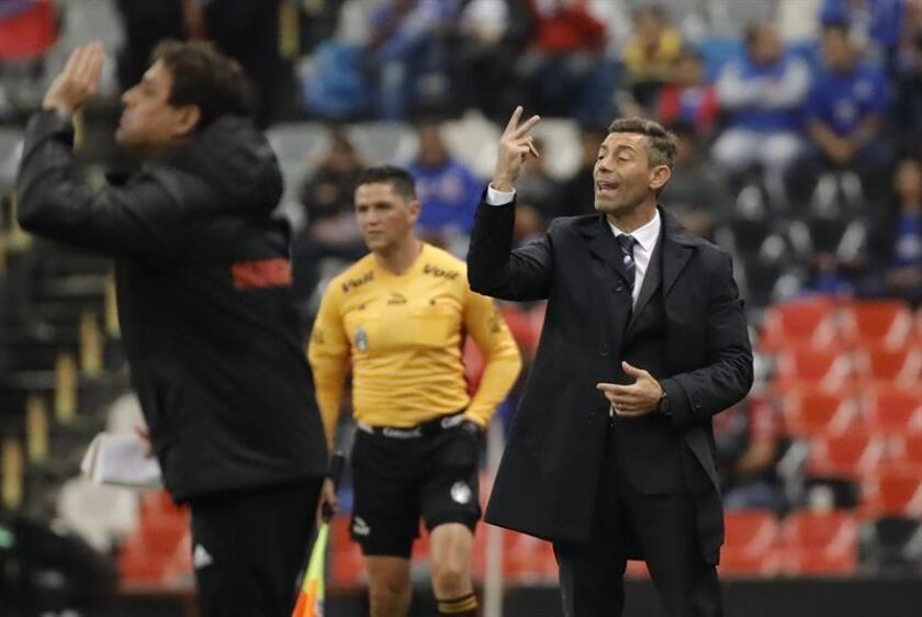 El técnico Pedro Caixinha (d) de Cruz Azul da instrucciones a sus jugadores. EFE/Archivo