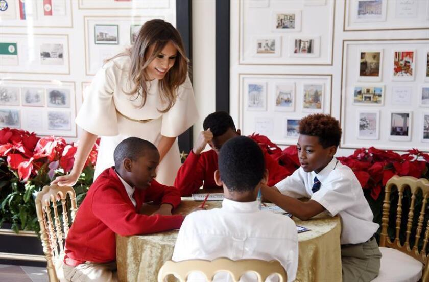 La primera dama de EEUU, Melania Trump (i), participa en un taller de manualidades con un grupo de niños de la base aérea de Andrews, durante la jornada de presentación de la decoración navideña de la Casa Blanca, en Washington DC, Estados Unidos, hoy, 27 de noviembre de 2017. EFE