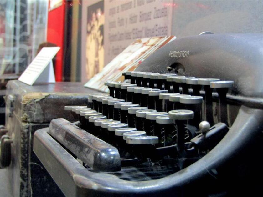 Fotografía de una maquina de escribir en una exposición. EFE/Archivo