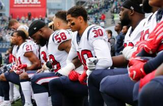 Agentes de NFL revelan: Los Texans no firmarán a jugadores que se arrodillaron durante el himno