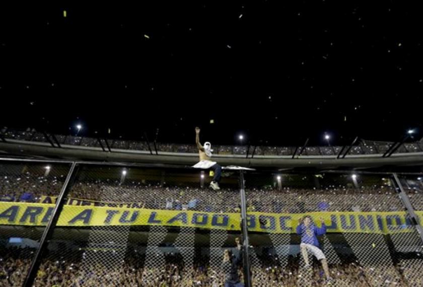 Hinchas de Boca Juniors festejan tras ganar el campeonato argentino el domingo, 1 de noviembre de 2015, en Buenos Aires.