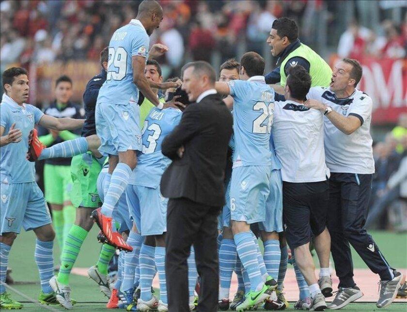 Los jugadores del Lazio celebran el gol 0-1 de Senad Lulic en la final de la Copa italiana entre AS Roma y SS Lazio en el estadio Olímpico de Roma, Italia. EFE
