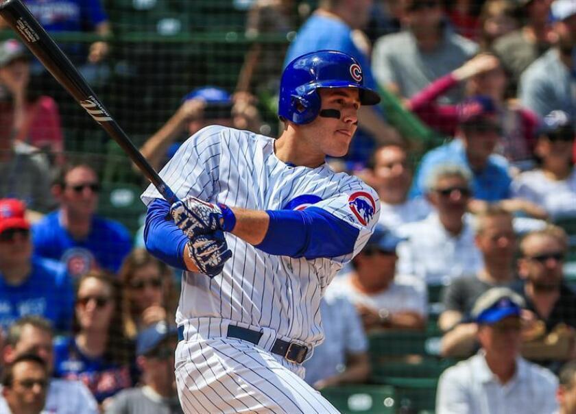 Anthony Rizzo de Cachorros batea durante un partido de la MLB entre Cachorros de Chicago y Rockies de Colorado en el campo Wrigley en Chicago (EE.UU.), el pasado mes de mayo. EFE