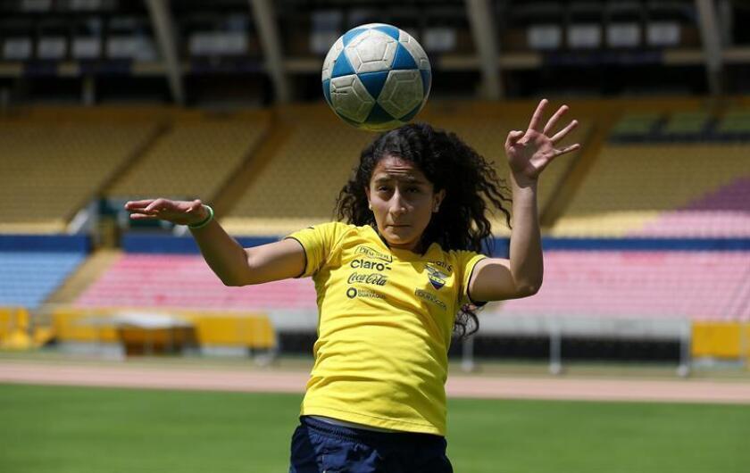 La seleccionada de fútbol de Ecuador, Doménica Rodríguez Vera, muestra sus habilidades con el balón durante una entrevista con Efe hoy, en Quito (Ecuador). EFE
