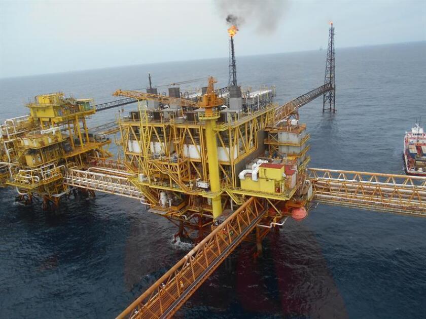 Fotografía de una plataforma en la sonda petrolera en Ciudad de Carmen, Campeche (México). EFE/Archivo