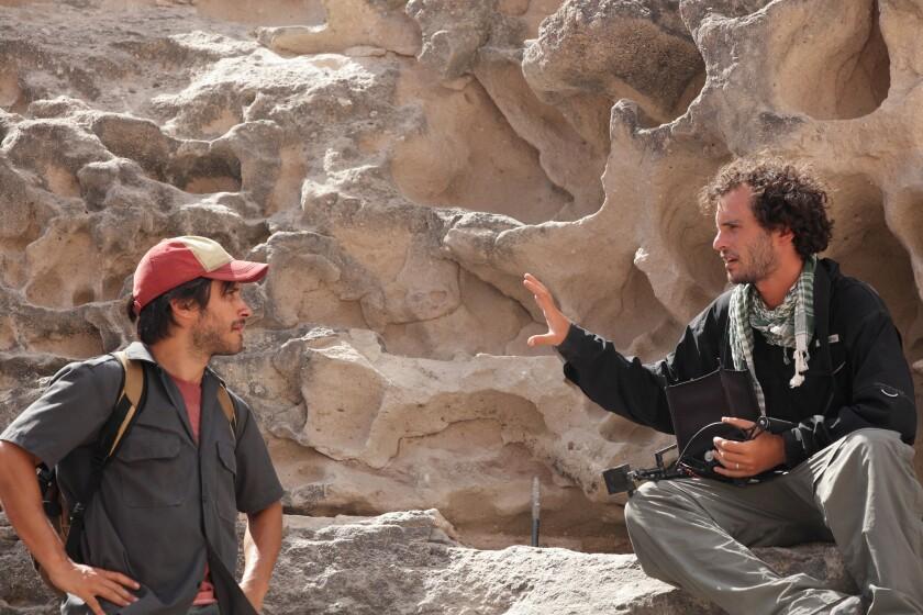 """El realizador Jonás Cuarón (der.) dirige al actor Gael García Bernal durante el rodaje de """"Desierto"""", el 'thriller' fronterizo que se estrena este fin de semana."""
