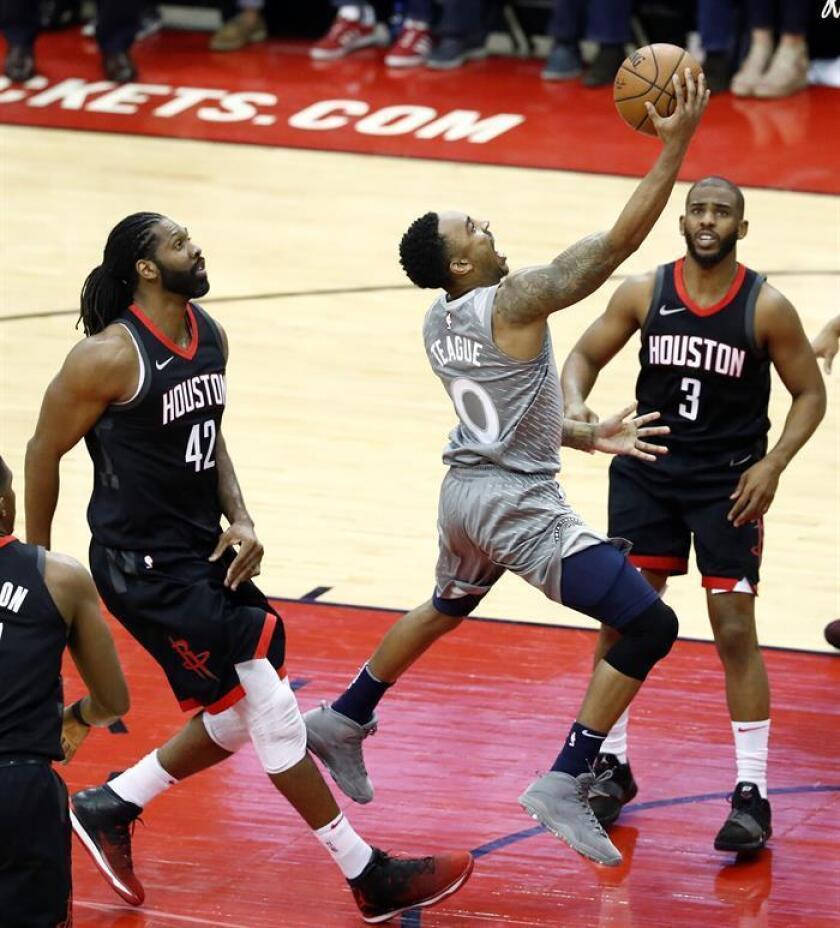 En la imagen, el jugador de los Timberwolves de Minnesota Jeff Teague (c) anota ante sus rivales de los Rockets de Houston Nene (i) y Chris Paul (d). EFE/Archivo